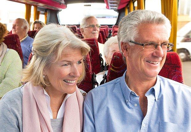 Pareja viajando en autobús