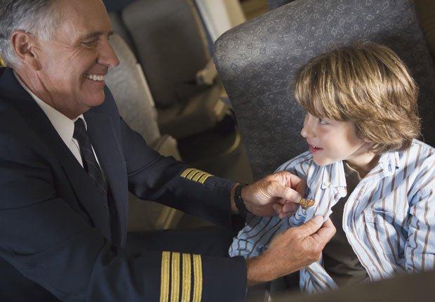 Piloto ayudando a un niño - Los consejos de viaje de nuestros expertos