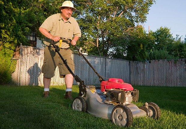 Claves para mantener tu casa segura cuando estás lejos - Jardinero poda el jardín