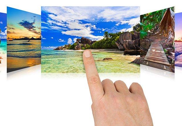 Claves para mantener tu casa segura cuando estás lejos - Persona selecciona unas fotografías